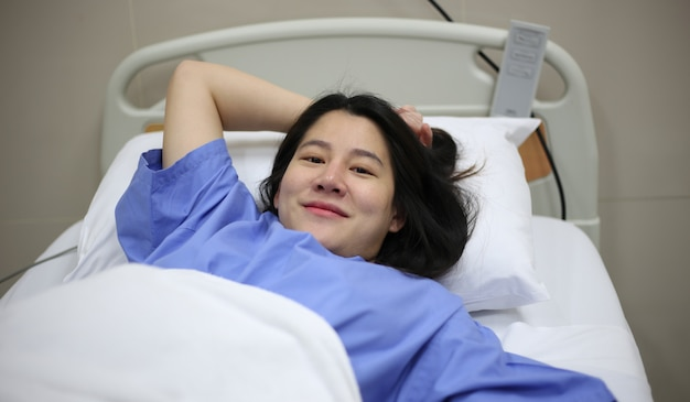 Femmes prêtes à accoucher sur le lit à l'hôpital