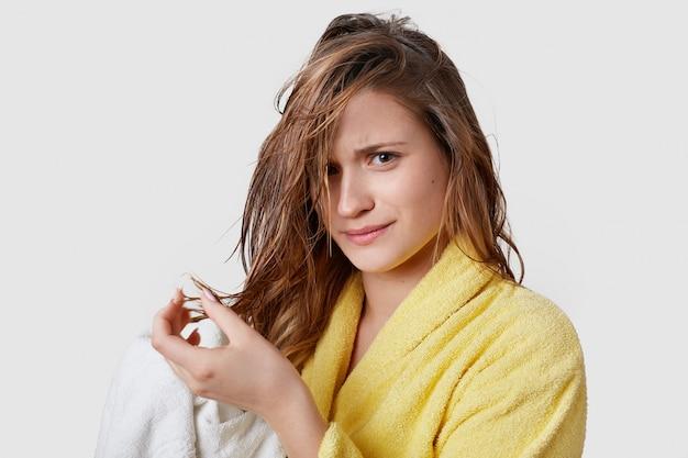 Femmes et problèmes avec le concept de cheveux.