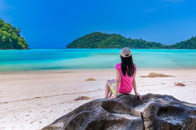 Les femmes profitent de l'air pur et de l'eau claire de l'île similan, mer d'andaman, phuket, thaïlande