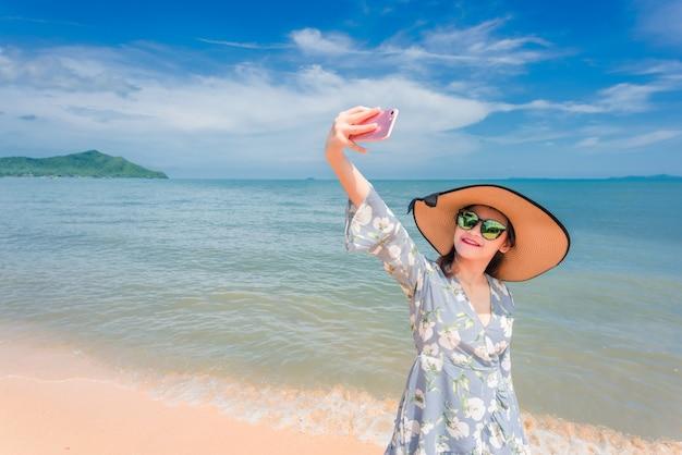 Les femmes profitent de belles vacances à la plage.