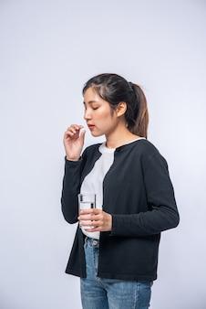 Les femmes qui ne se sentent pas bien et sont sur le point de prendre des antibiotiques.