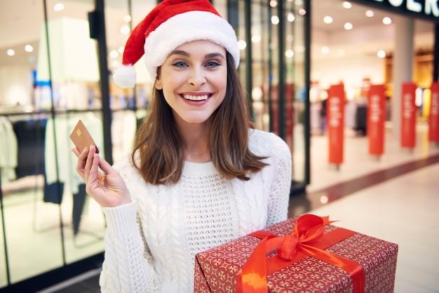 Les femmes qui paient par carte de crédit pour faire leurs courses