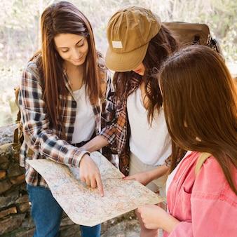 Femmes qui voyagent lire la carte