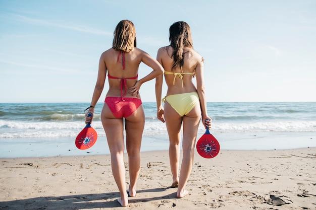 Femmes avec raquette de ping-pong à la plage