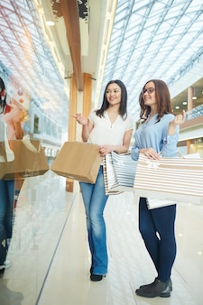 Les femmes à la recherche de la boutique