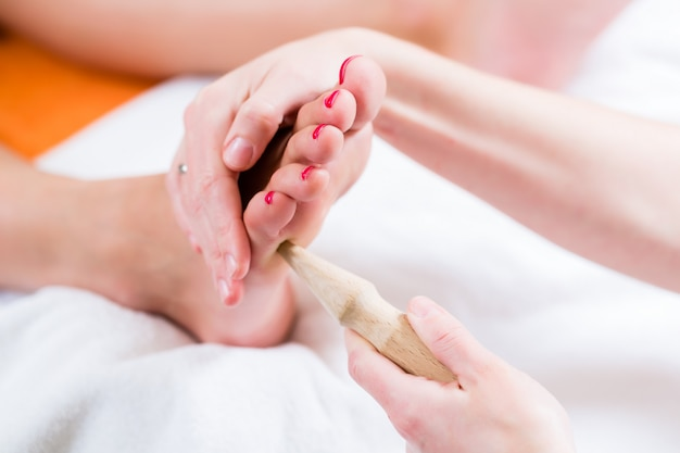 Femmes en réflexologie ayant le pied massé
