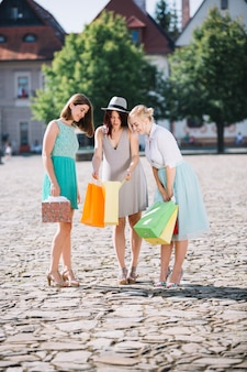 Les femmes regardant dans le papier mendient