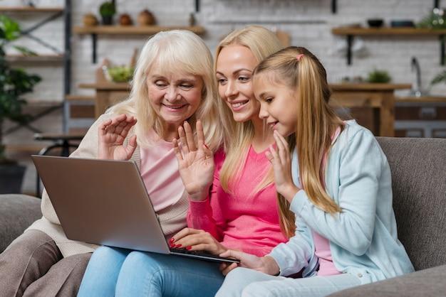 Femmes regardant et parlant sur l'ordinateur portable