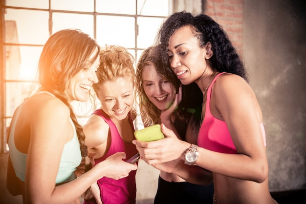 Femmes regardant téléphone portable