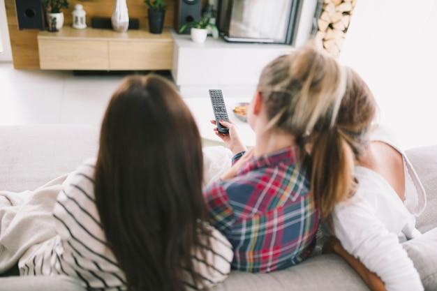 Femmes relaxantes appréciant la télévision ensemble