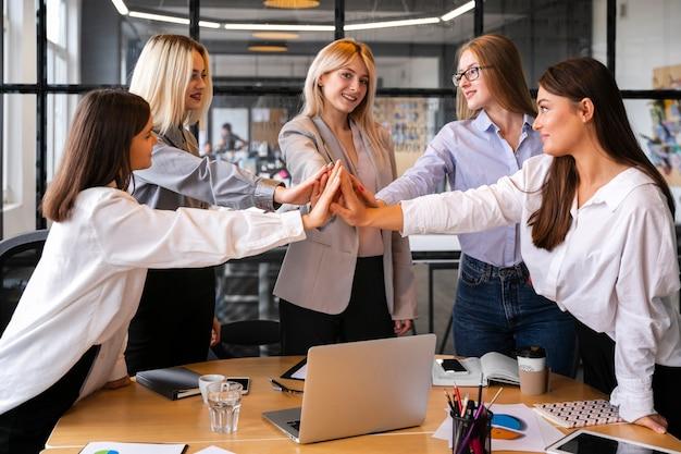 Femmes réunies pour fêter leurs succès commerciaux