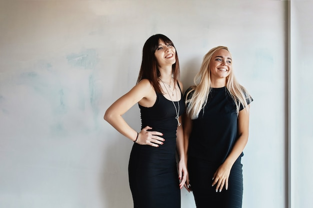 Femmes avec robe posant sur le mur
