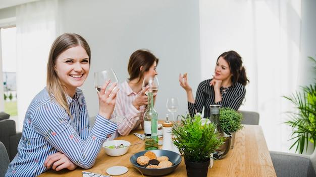 Femmes s'amusant avec du vin