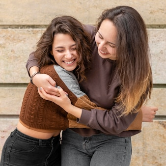 Femmes s'amusant ensemble à l'extérieur