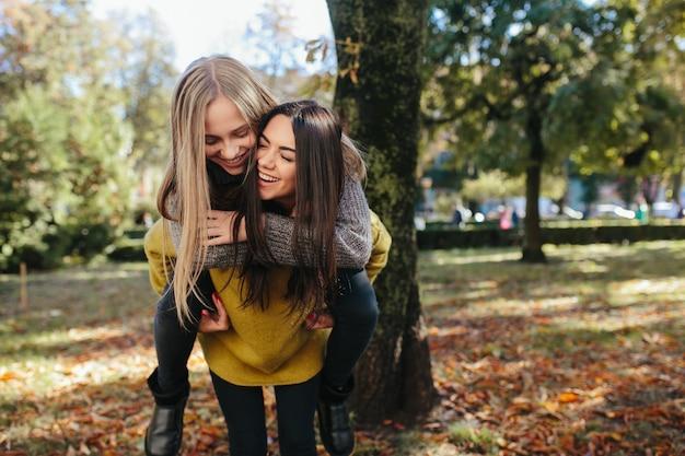 Les femmes s'amusent dans le parc