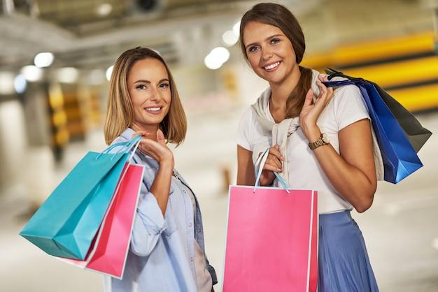 Femmes avec des sacs à provisions dans un parking souterrain
