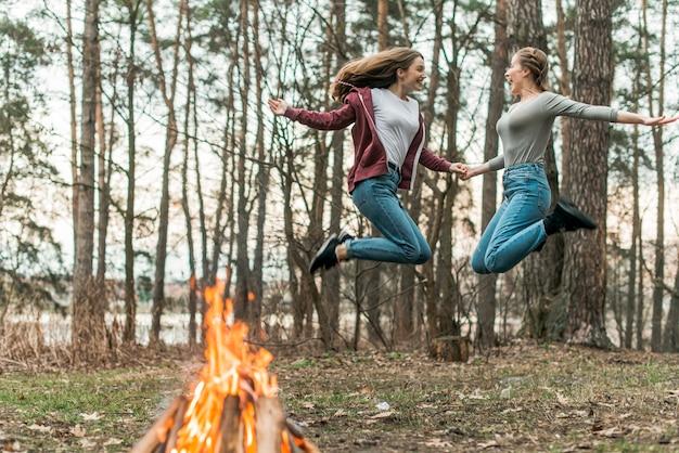 Femmes sautant ensemble