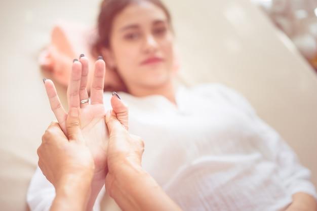 Les femmes se font masser la main dans un spa