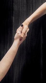 Femmes se serrant la main sur un accord commercial réussi
