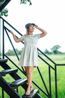Les femmes se sont heureusement levées les escaliers dans les sites touristiques