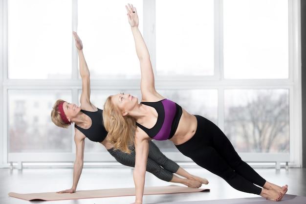 Femmes seniors faisant l'exercice side plank