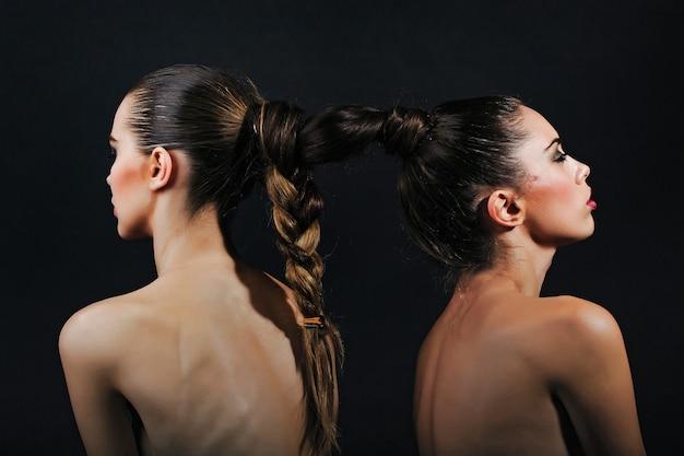 Femmes sensuelles avec sexy pose beauté et mode coiffeur et salon de coiffure lien et manille noeud et lien concept de connexion