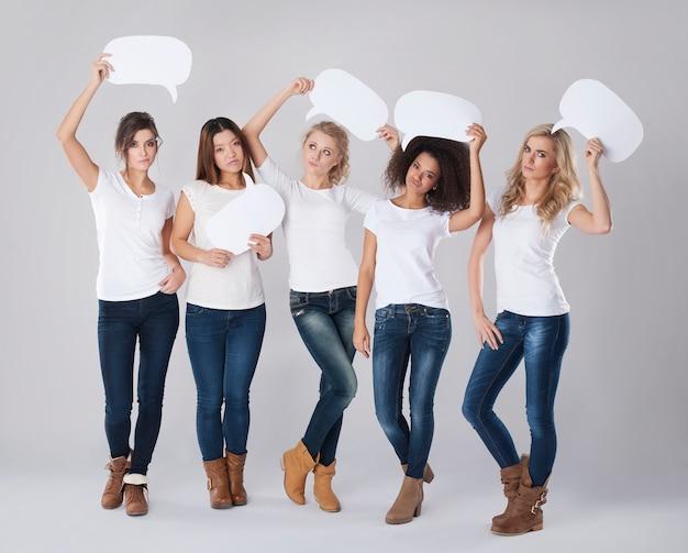 Femmes sérieuses avec des bulles vides