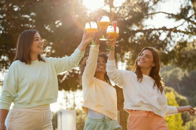 Femmes smiley coup moyen avec des boissons
