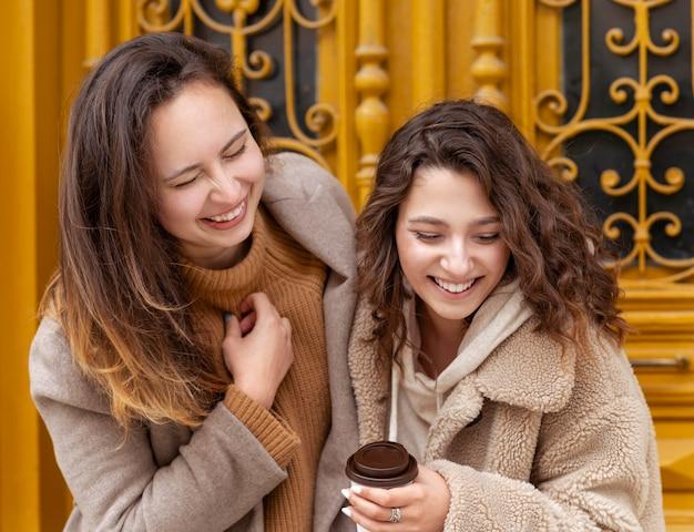 Femmes smiley coup moyen avec café