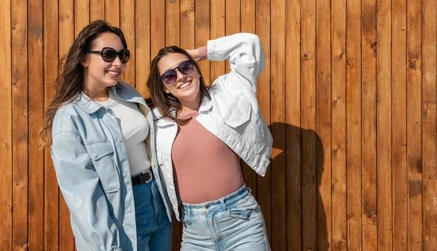 Femmes smiley coup moyen avec des lunettes de soleil