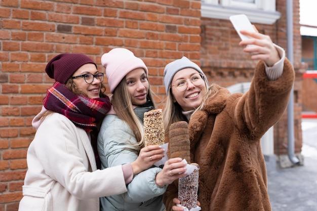 Femmes smiley coup moyen prenant selfie