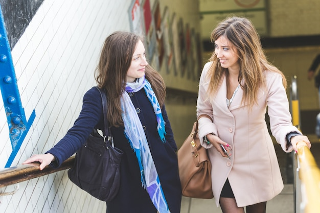 Femmes sortant d'une station de métro de londres.