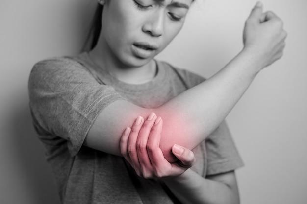 Femmes souffrant de douleurs au coude.