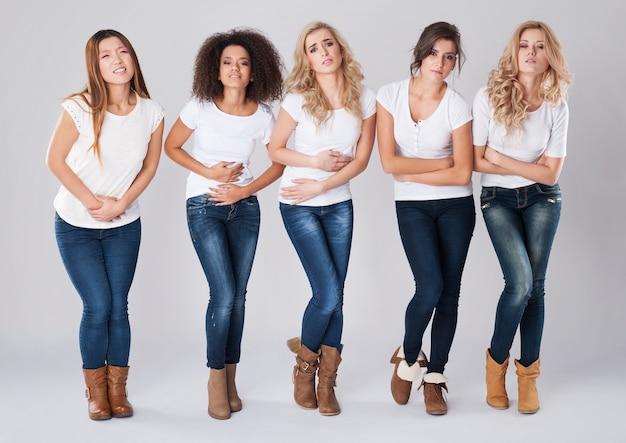 Femmes souffrant d'énormes douleurs abdominales mensuelles