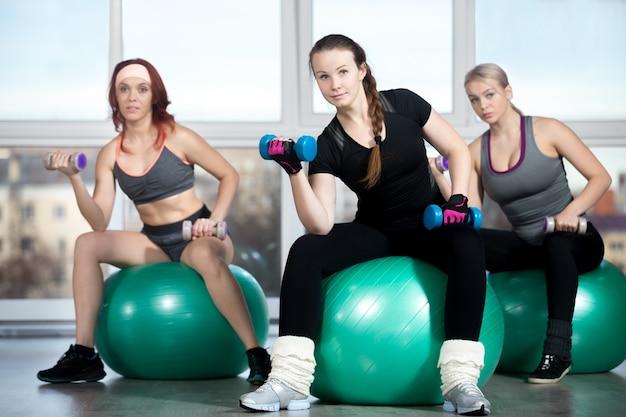 Femmes soulever des poids