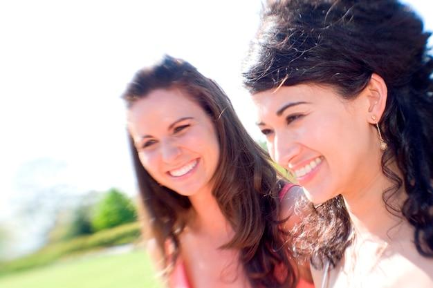 Femmes souriantes au soleil