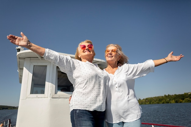 Femmes souriantes de plan moyen sur le bateau