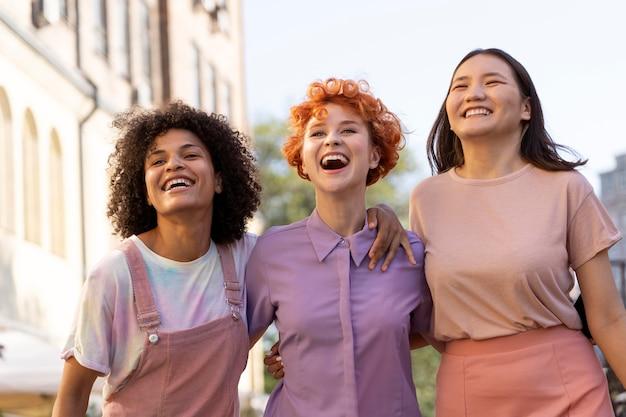 Femmes souriantes à plan moyen ensemble