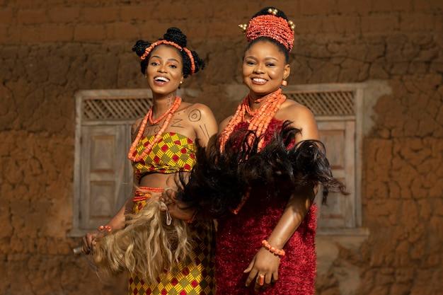 Femmes souriantes à plan moyen portant des bijoux