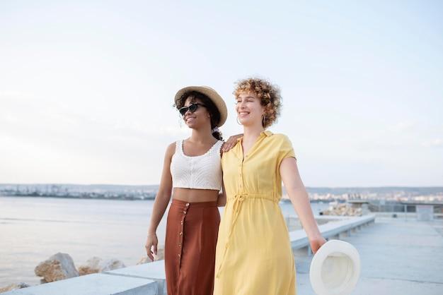 Femmes souriantes de plan moyen voyageant