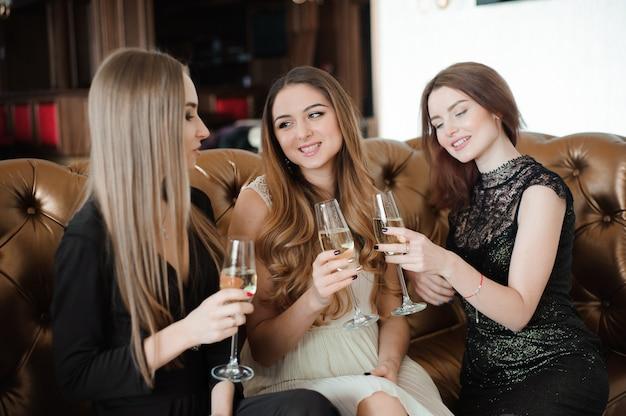 Femmes souriantes avec des verres à champagne.