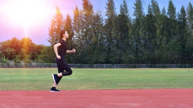Femmes de sport exécutant l'exercice ou le jogging
