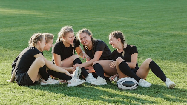 Femmes sportives discutant sur l'herbe