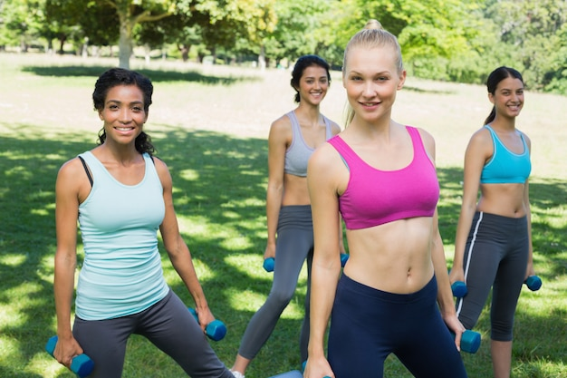 Femmes sportives exerçant avec des poids