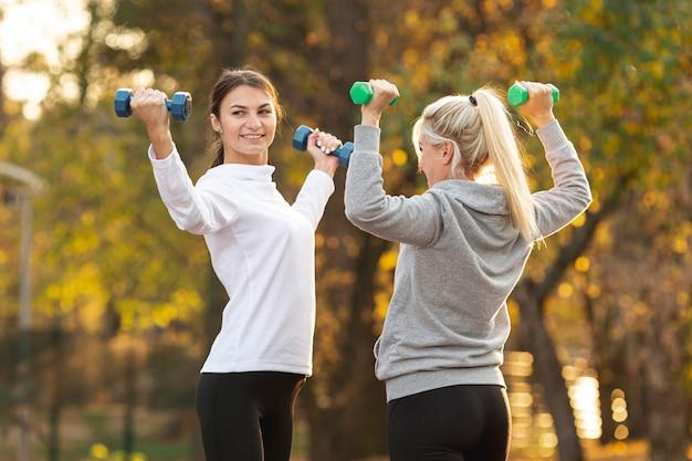 Femmes sportives faisant des exercices de fitness