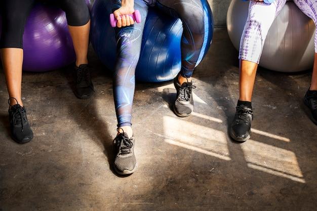 Femmes sportives parlant dans une salle de sport
