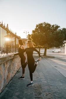 Femmes sportives s'entraînant dans la rue