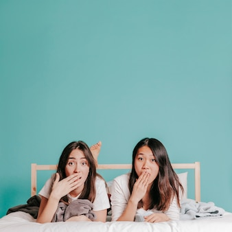 Femmes surpris, allongé sur le lit