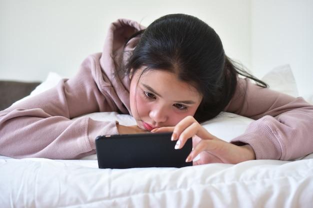 Femmes tenant et utilisant un téléphone mobile intelligent pour faire des achats en ligne par la technologie internet