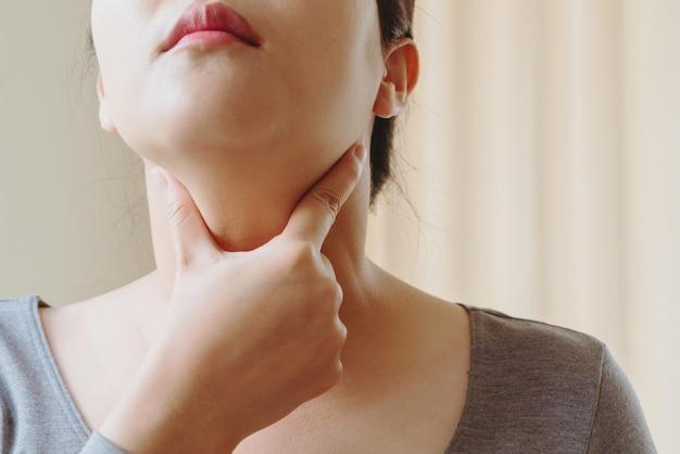 Femmes avec test de la glande thyroïde. endocrinologie, hormones et traitement